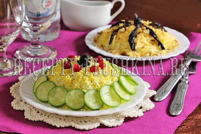 салат Нежность с курицей, черносливом, яйцом и огурцом