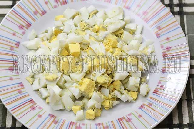 нарезали яйца