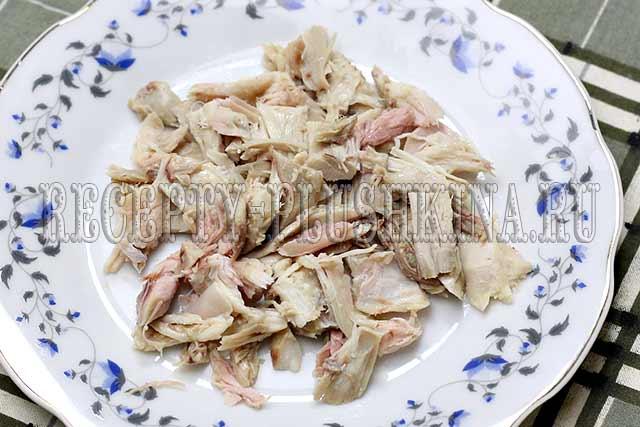 мелко нарезали вареную курицу