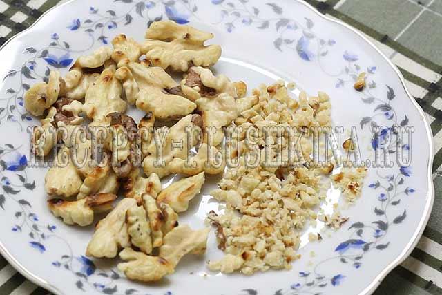 мелко нарубили орехи