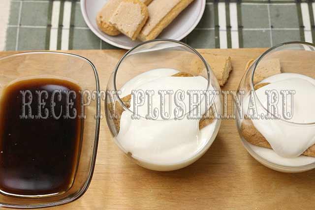 укладываем печенье и крем слоями
