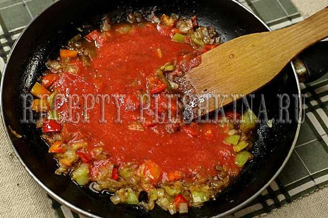 вливаем томатный соус