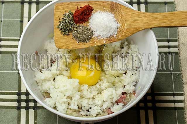 добавляем яйцо, специи, соль