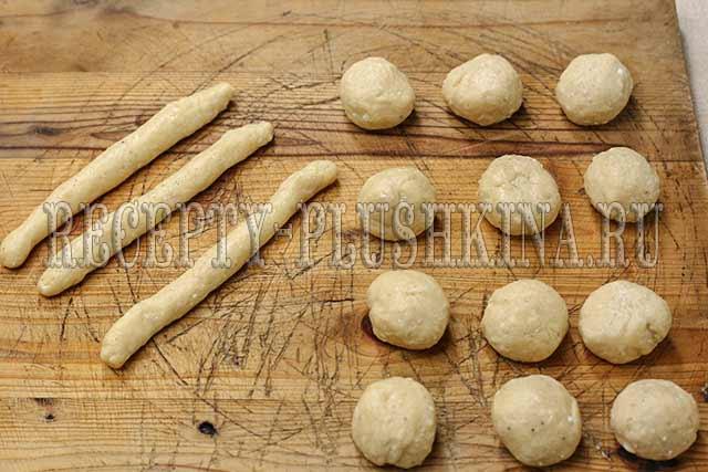 раскатываем тесто в жгуты