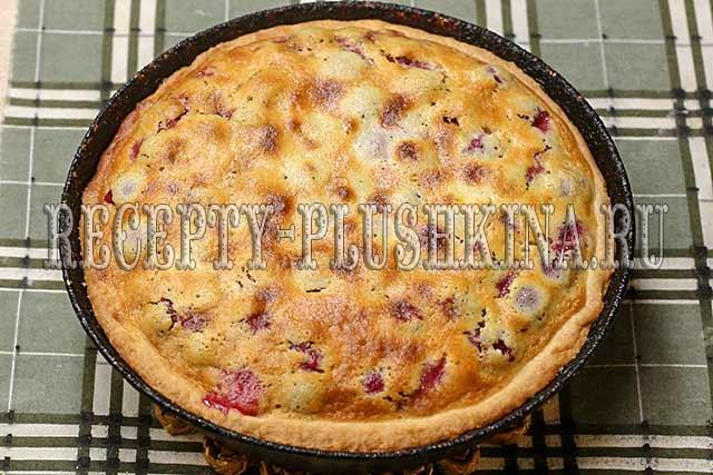 пирог с вишней и сметаной готов