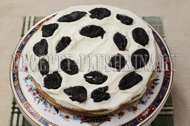 прослаиваем торт черносливом