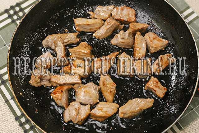 обжариваем говядину на сковороде