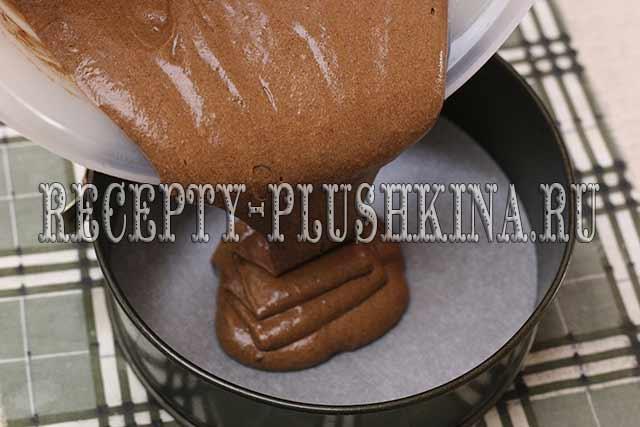 выливаем бисквитное тесто в форму