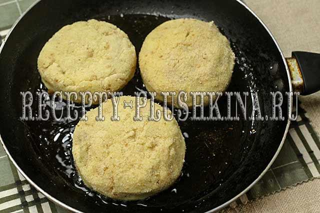 обжариваем зразы из картофеля с мясным фаршем