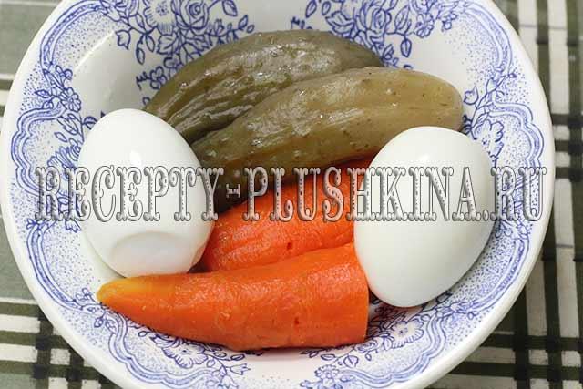 отвариваем морковь, яйца