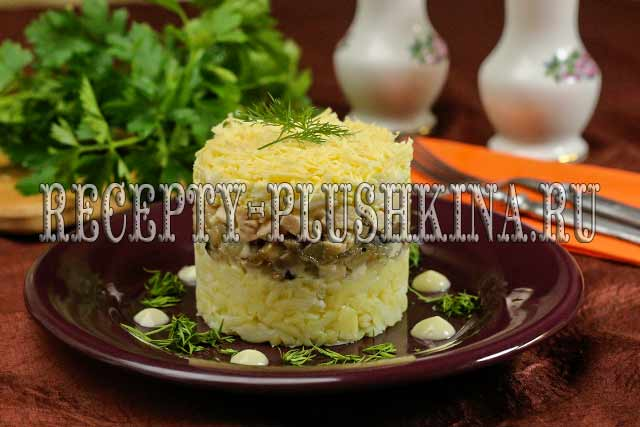 салат с курицей, грибами и сыром слоями