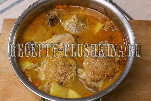 картошка тушеная с курицей в кастрюле готова