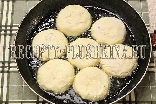 обжариваем сырники на сковороде